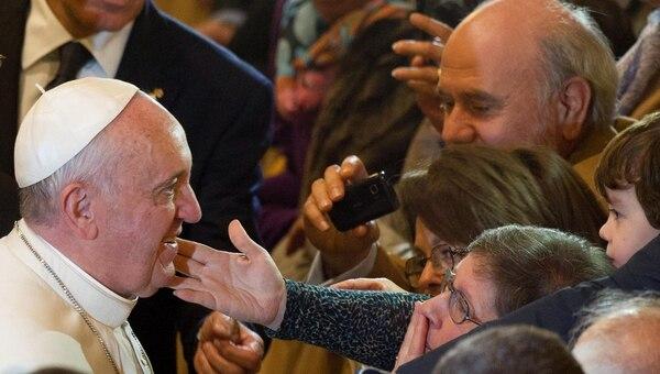 Una creyente estira el brazo para tocar al papa Francisco al final de la ceremonia de vigilia por las víctimas de la violencia de la mafia en la iglesia Gregorio VII en Roma, Italia, este viernes.