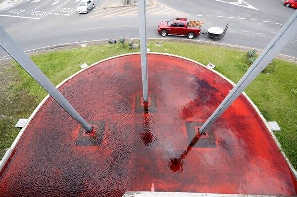 Artista tiñe de rojo agua de Fuente de la Hispanidad en protesta por contaminación piñera. / José Cordero