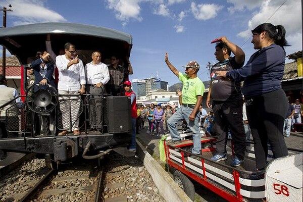 El presidente ecuatoriano, Rafael Correa (centro), celebró el jueves en Ibarra sus ocho años en el poder con el recorrido en un tren turístico modernizado durante su gestión.