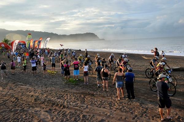 A las 6 a. m. arrancó la edición 21 de la Ruta de los Conquistadores, con salida en el Hotel Jacó Best Western y meta en la hacienda El Rodeo en Ciudad Colón, para un recorrido de 100 kilómetros. | RAFAEL MURILLO