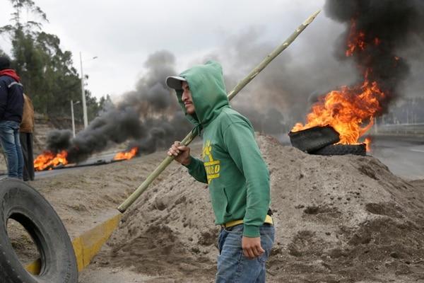 Las manifestaciones en diversos lugares de Ecuador se registran en medio del estado de excepción por 60 días ordenado el jueves anterior por el presidente Lenín Moreno. La imagen corresponde a una protesta en San Juan de Pastocalle, Provincia de Cotopaxi, centro del país. Foto: AP
