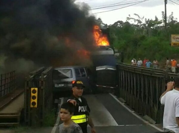 El paso por el puente fue cerrado tras el accidente entre un tráiler y una buseta.