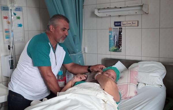 Marian Rojas, de 66 años, fue operada este jueves en el Hospital México, donde le hicieron un reemplazo de cadera. La señora, vecina de Turrubares, se quebró el 30 de julio.