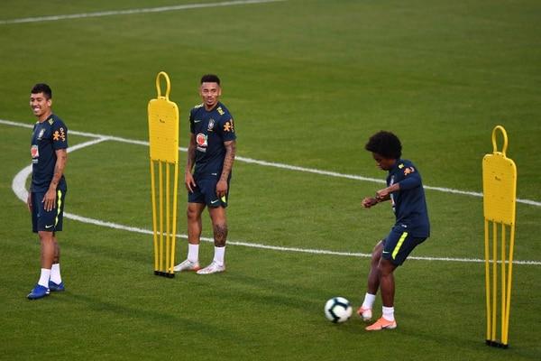 Roberto Firmino (izquierda), Gabriel Jesus (Centro) y Willian (derecha) en una práctica de la Selección de Brasil de cara a la Copa América. FOTO: NELSON ALMEIDA / AFP.