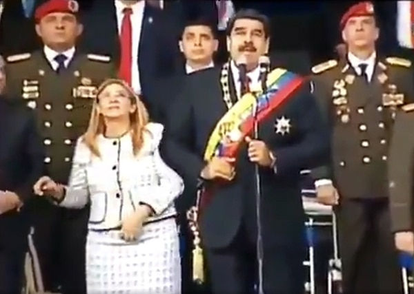 Captura de video del momento en el que ocurrieron las explosiones. En la fotografía aparecen Nicolás Maduro y su esposa Cilia Flores, en el acto militar, en Caracas. Foto: AFP