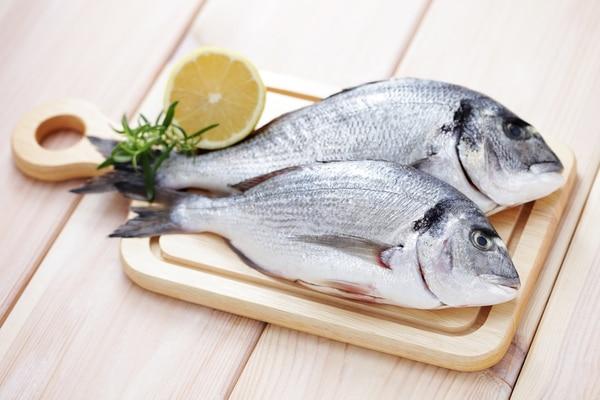 Los ácidos grasos -conocidos como omega-3- presentes en varios tipos de pescados pueden favorecer el desarrollo cognitivo. Foto de archivo