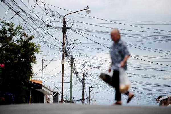 Los costarricenses deberán esperar, al menos, año y medio para ver alguna rebaja en sus recibos de electricidad. | MARCELA BERTOZZI