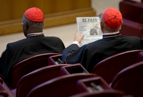 El Cardenal españos Blazquez Perez sostiene un periódico que muestra la foto del cura gay Krzysztof Charamsa y su pareja Eduard antes de iniciar la sesión del Sínodo de la familia en el Vaticano el pasado 9 de octubre del 2015.