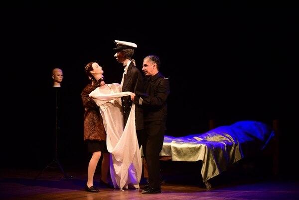 Los actores Nicole Espinoza y Jaime Lorca son intérpretes de carne y hueso, además de hábiles titiriteros. FOTO: JULIETH MÉNDEZ.