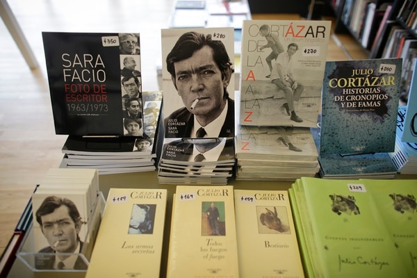 Las obras de Julio Cortázar rompieron los moldes de la narración lineal. | VICTOR R. CAIVANO/AP