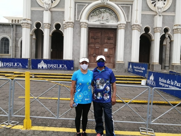 Marvin Brenes y su esposa Ivannia González se aproximaron este domingo a la basílica de Los Ángeles. Foto: Keyna Calderón, corresponsal GN