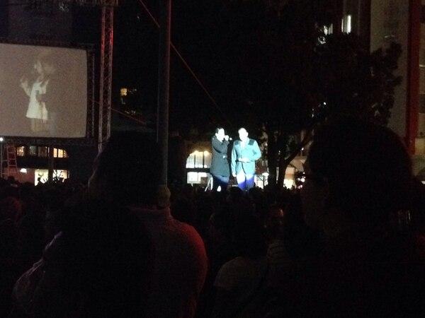 Cientos de personas observaron el concierto navideño en la plaza de la Cultura.