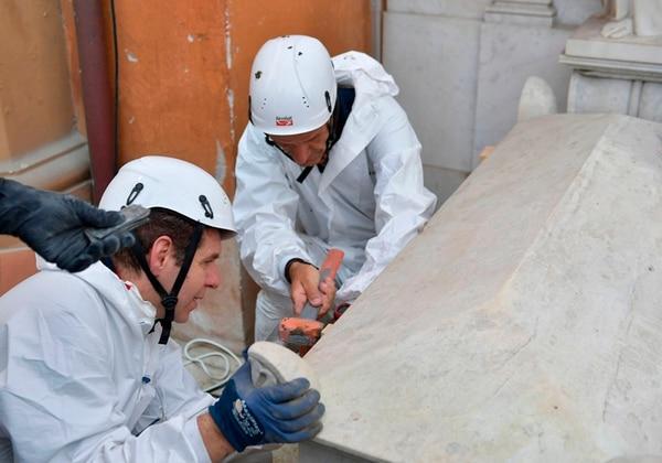 Expertos forenses abrían una de las tumbas en el cementerio Teutónico en el Vaticano, el 11 de julio del 2019.