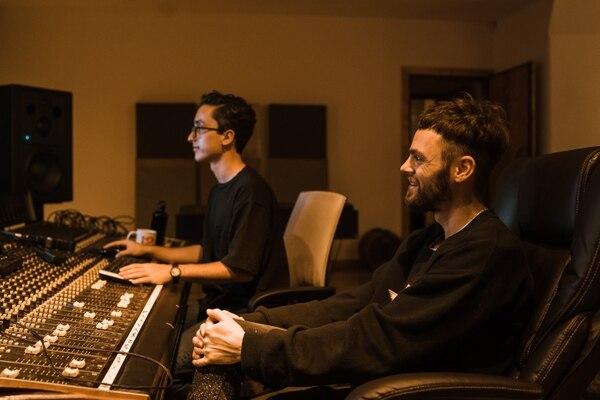 Cisco, de Surfistas del Sistema (derecha), trabajando con el ingeniero de grabación Pablo Ocampo. Foto: Cortesía de Ricardo Machado.