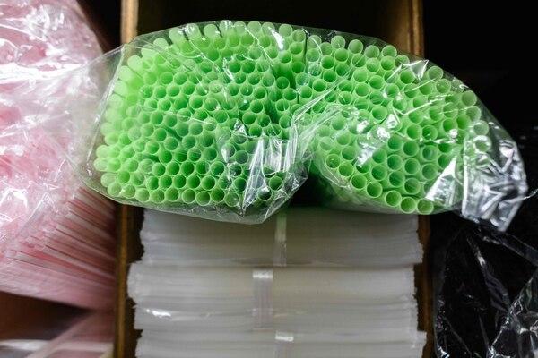 Cada vez más países introducen restricciones para la utilización y comercialización de productos plásticos de un solo uso. Foto: AFP