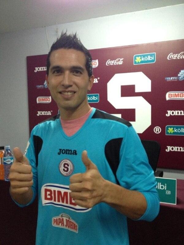 De Lemos se vistió esta tarde de morado en la sala de prensa del Ricardo Saprissa.   CORTESÍA SAPRISSA DE CORAZÓN.