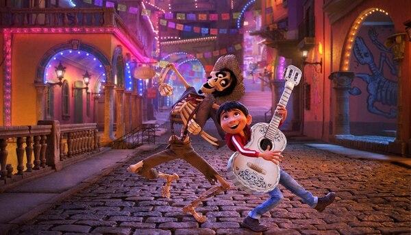 'Coco' (2017), cinta producida por Disney-Pixar, es la película animada que mejor logra retratar el espíritu del Día de Muertos. Con esta cinta, la tradición brilló como nunca. AP