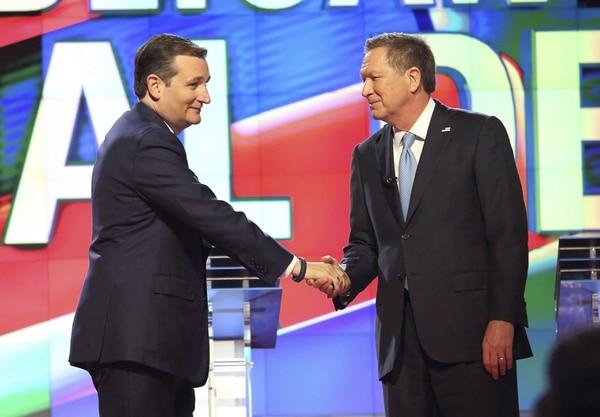 Fotografía de archivo tomada el 10 de marzo de 2016 que muestra a los aspirantes a la candidatura Republicana Ted Cruz y John Kasich durante un debate en la Universidad de Miami