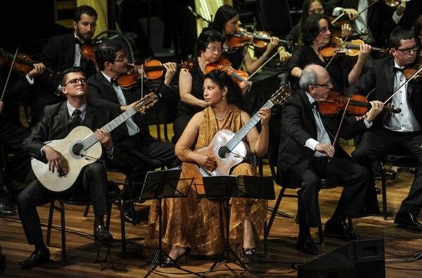 Los guitarristas David Calderón y Rosa Matos junto al concertino, José Aurelio Castillo. Gabriela Téllez.