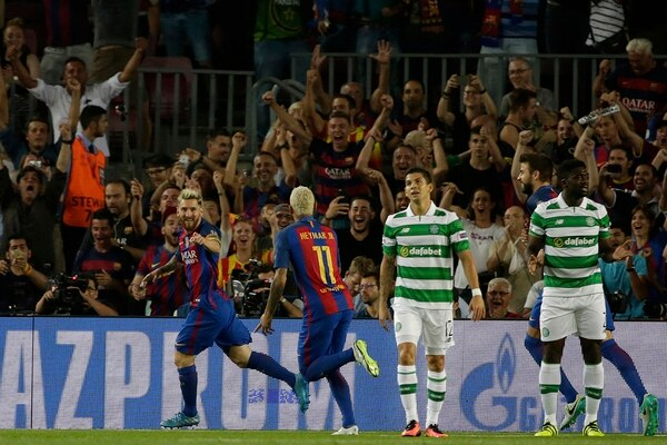 El costarricense Christian Gamboa se lamentó apenas a los tres minutos, tras el gol de Lionel Messi (izq.) a pase de Neymar. Fue el primer tanto en una noche difícil para el tico. | AP