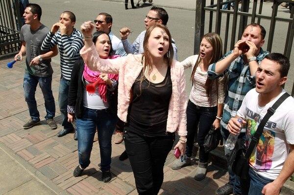 Un grupo de personas protesta en contra de la adopción de niños por parte de parejas homosexuales