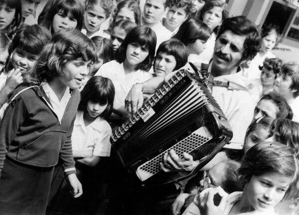 En esta imagen sin fecha se ve a Jenny Castillo cuando apenas era una niña mientras cantaba rodeada por sus compañeros de escuela. Foto: Archivo LN