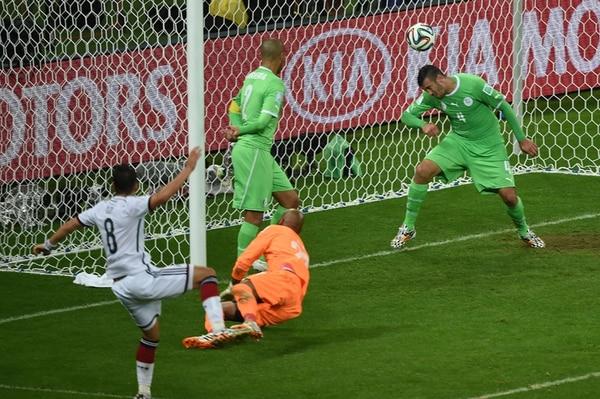 Mesut Özil (8) castigó la meta argelina con el 2-0 y, de esta forma, sepultó cualquier aspiración de los Zorros del Desierto para ir a cuartos. | AFP