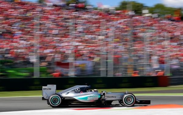 El piloto inglés Lewis Hamilton de la escudería Mercedes ganó este Gran Premio de Italia.