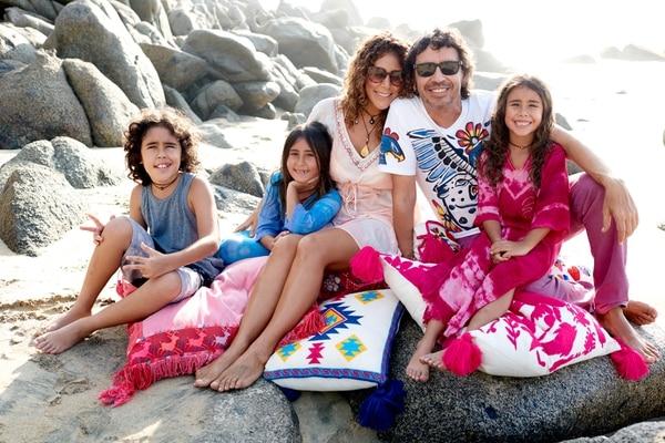 Familia. Vica Andrade, Memo del Bosque y sus hijos Luca (camiseta gris), Coral (vestido celeste) y Luna (vestido rosado). Vica Andrade para LN