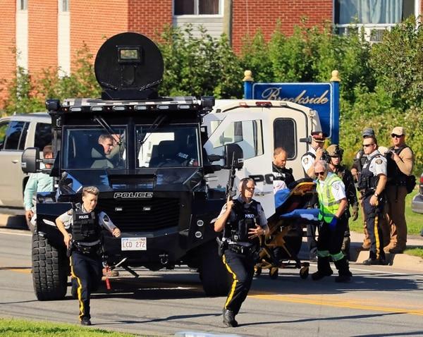 Agentes policiales inspeccionan el área de un tiroteo en Fredericton, New Brunswick, Canadá, el 10 de agosto del 2018. Foto: AP