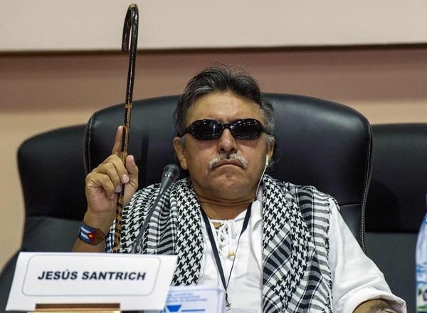 Fotografía del 16 de mayo de 2014, donde el comandante de las FARC, Jesús Santrich, participa en la conferencia de prensa para anunciar que el gobierno colombiano y las guerrillas izquierdistas de las FARC llegaron a un acuerdo sobre drogas ilegales en La Habana. Foto: AFP