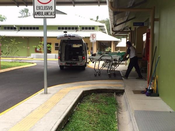 Llegada de uno de los pacientes al CAIS de El Carmen, Siquirres la tarde de este jueves. Luego se les llevó al Tony Facio.