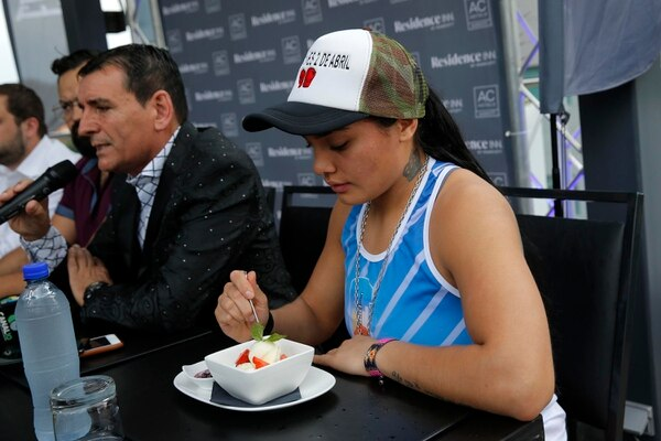 La pugilista argentina Abril Vidal degustó una ensalada de frutas con helado durante la conferencia. Fotografía: Mayela López