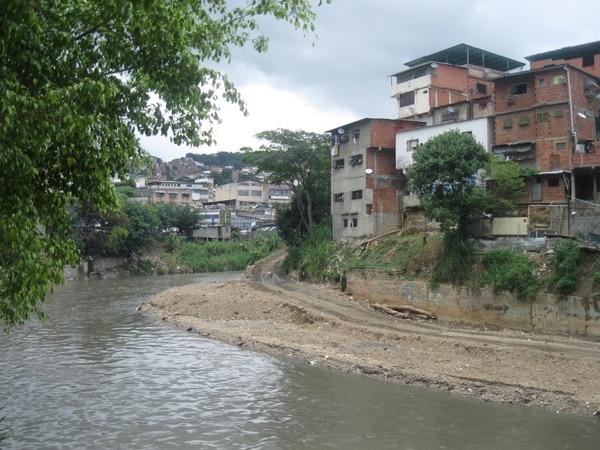 Curvas y recodos que forma el río Guaire al salir de Caracas favorecen su inundación con súbitas lluvias.