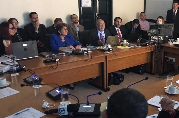 La contralora general, Marta Acosta (al fondo a la izquierda), y Mario Mora, intendente de la Aresep, (frente a computadora portátil) la tarde de este jueves en la Comisión de Control de Ingreso y Gasto Público de la Asamblea.