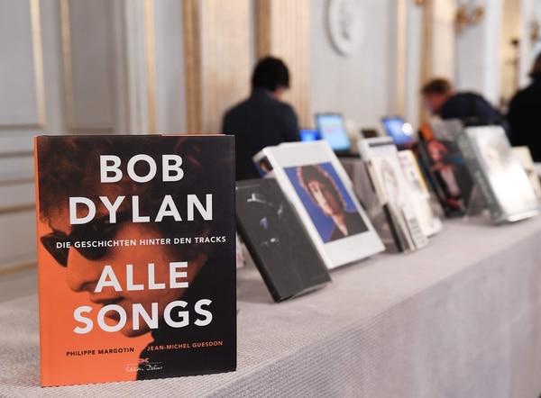 Bob Dylan, primer músico galardonado por la Academia desde la creación del Premio Nobel de Literatura en 1901, sucede en la lista a la bielorrusa Svetlana Alexievich.