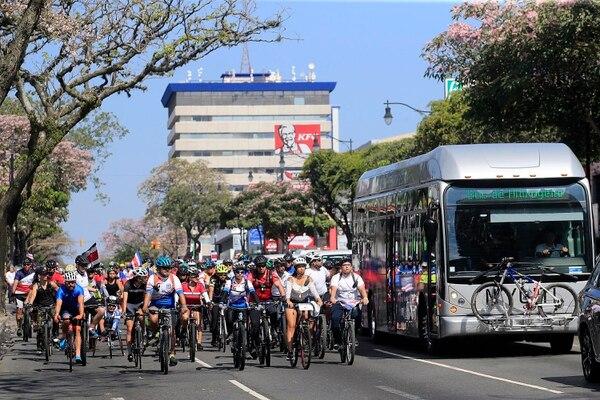 Un nutrido grupo de ciclistas acompañó en el paseo Colón el bus en que viajaba el presidente Carlos Alvarado, y su gabinete, a la toma de posesión. Rafael Pacheco.