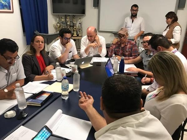 A las 10 p.m. iniciaron las negociaciones entre el Gobierno y representantes de los pescadores. Foto: Christian Campos para LN