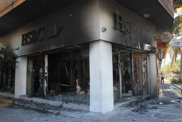 Una sucursal del banco HSBC fue incendiada en la ciudad de Puerto Vallarta, estado de Jalisco.