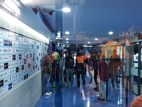 Dirigentes y jugadores de Cartaginés increparon al cuerpo arbitral encabezado por Cristian Rodríguez. Las acciones ocurrieron en la zona mixta, tras la derrota de los brumosos 2 a 1 ante Pérez Zeledón. Fotografía: Cristian Brenes.
