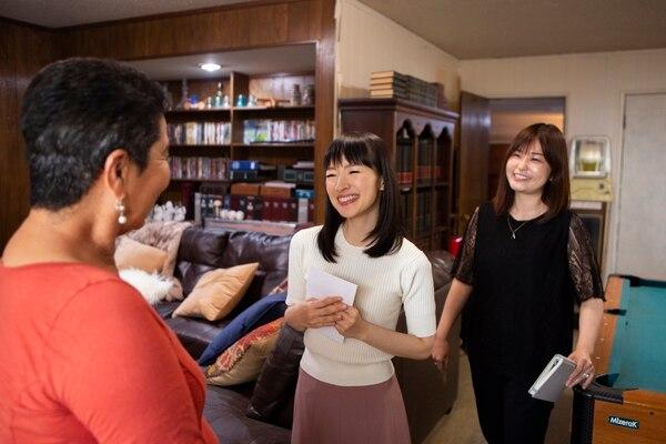 Marie Kondo (centro) visita todas las casas en compañía de Iida, su traductora de japonés al inglés.Cortesía de Netflix