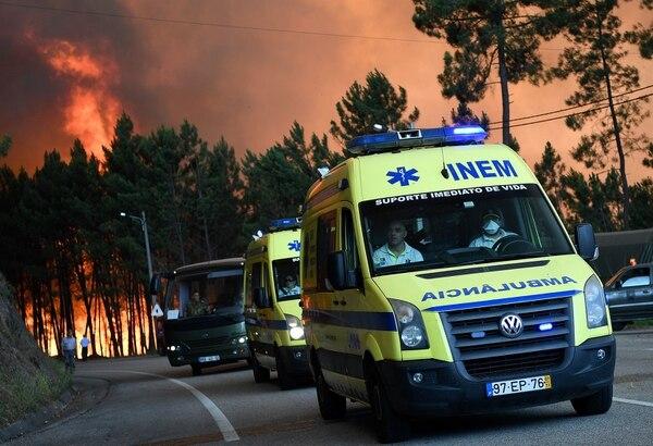 Ambulancias llevaban a cabo el martes evacuaciones en la población de Picha, Pedrogao Grande, Portugal.