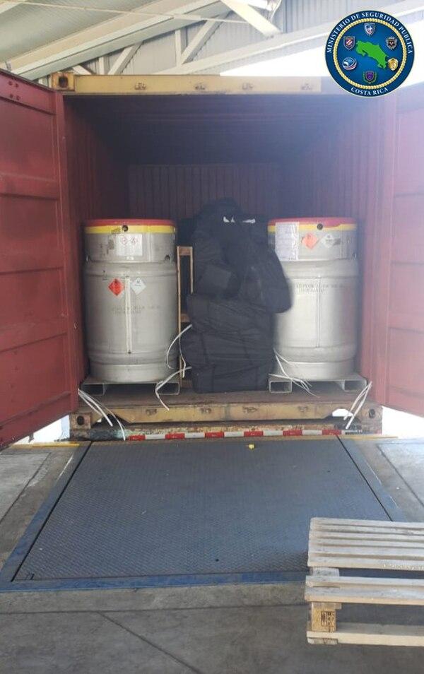 La droga encontrada en Moín estaba dentro de bolsos entre los cilindros de óxido de etileno. Foto: MSP.