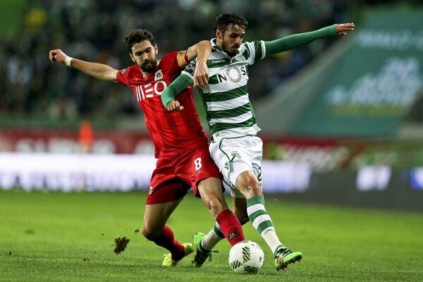 Bryan Ruiz (d) lucha por el control del balón con el centrocampista del Río Ave Tarantini (i) durante un partido de primera división de la Liga portuguesa disputado en Lisboa