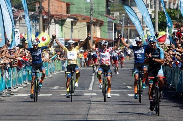 Brayan Salas (de amarillo) al culminar la última etapa en Santo Domingo de Heredia: Foto suministrada por Steven Mora