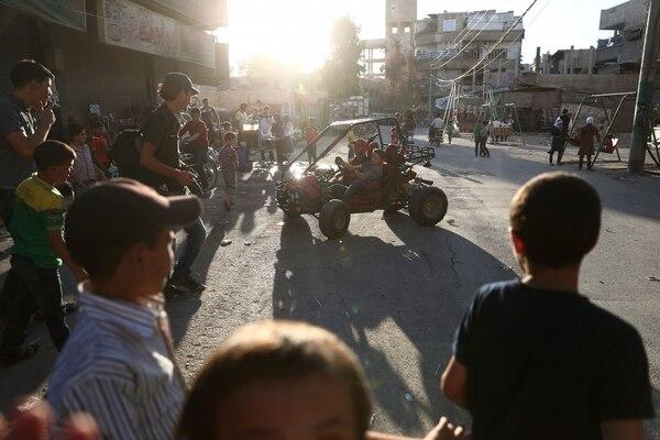 Niños sirios salieron a jugar este jueves durante el tercer día de tregua en la ciudad de Hamouria ubicada en la región de Guta Oriental.