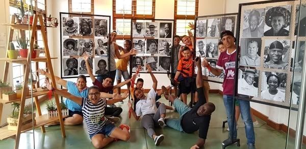 Jóvenes limonenses visitaron la Casa de la Cultura como parte del recorrido para conocer la historia de Limón y de personajes de ese puerto. Foto cortesía de Fundación Tejedores de Sueños.