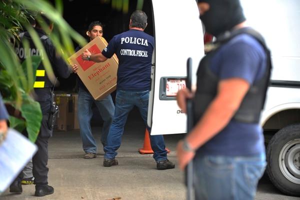 La mayoría de cigarros confiscados provienen de Panamá, pero son fabricados en China, según la Policía Fiscal. Por ejemplo la marca Silver Elephant. | JORGE NAVARRO / ARCHIVO