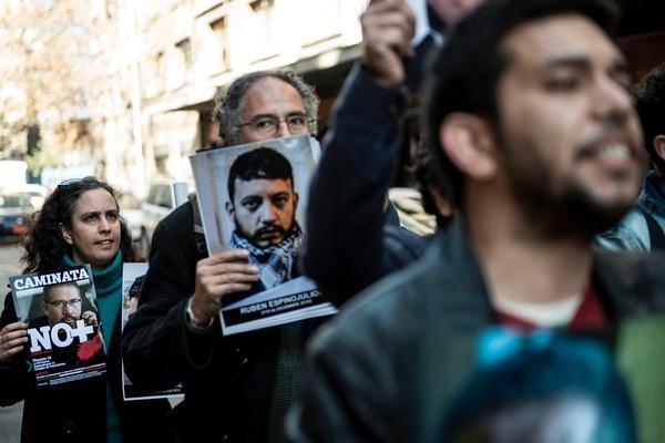 Una protesta en Santiago de Chile se unió a la manifestación en contra del asesinato de periodistas mexicanos.