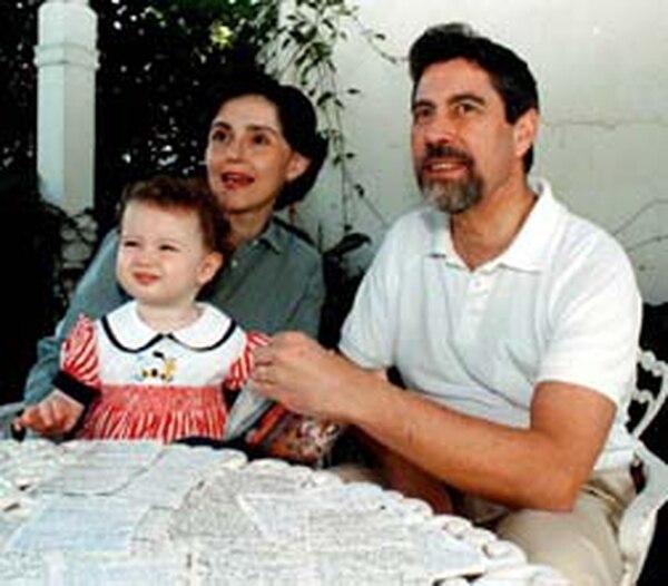 Francisco Sagasti, actual presidente de Perú, su esposa Silvia Charpentier y la hija de ambos. Foto del archivo de La Nación.